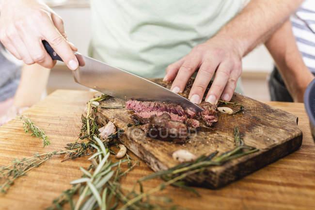 Різання стейк на Розробні рада — стокове фото