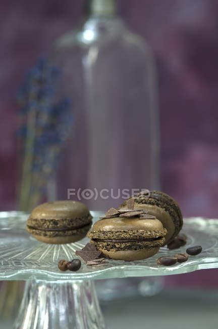 Шоколадные макароны, кофейные зерна и шоколадные чипсы на торте — Stock Photo