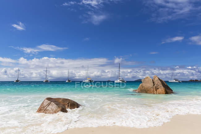 Seychelles, Praslin, Anse Lazio, beach and catamarans — Stock Photo