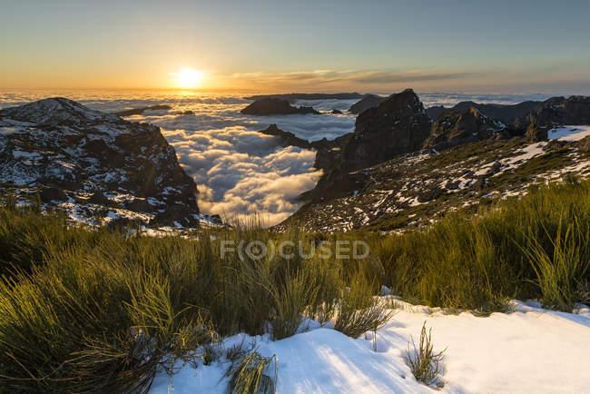 Portugal, Madeira, Pico do Arieiro ao pôr do sol com nuvens em fundo — Fotografia de Stock