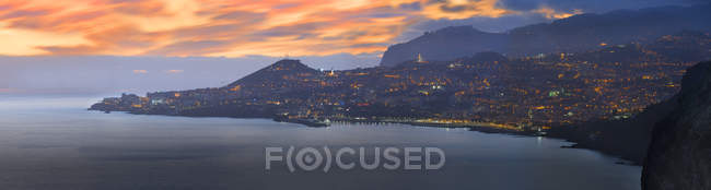 Vista panorâmica de Portugal, Madeira, Funchal ao pôr do sol — Fotografia de Stock