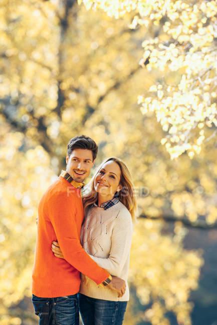Пара обнимается в осеннем лесу — стоковое фото