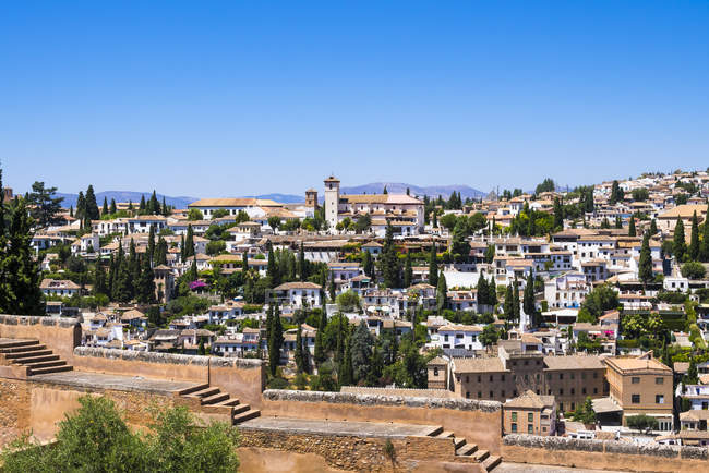 España, Andalucía, Granada, Palacio de la Alhambra y edificios tradicionales - foto de stock