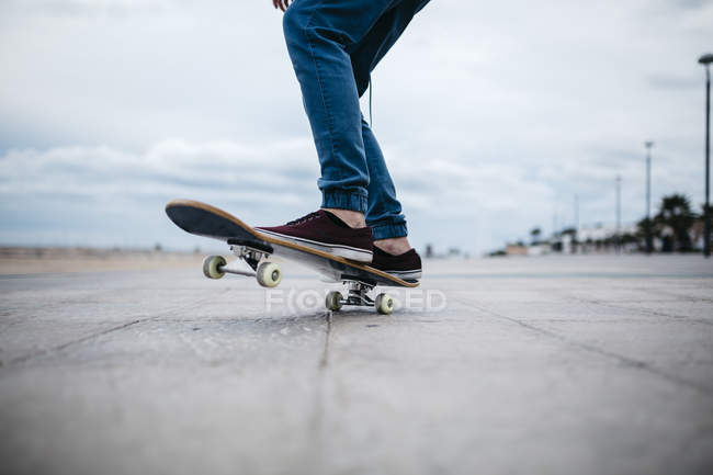 Feet of young skateboarder — Stock Photo
