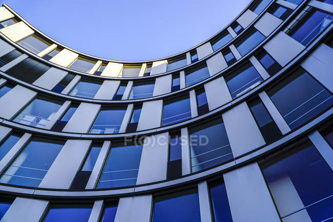 Parte de fachada de moderno edificio de oficinas, Hamburgo, Alemania - foto de stock