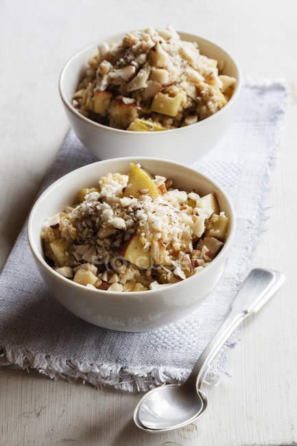 Due ciotole di vegano quinoa porridge con mele e noci pecan — Foto stock