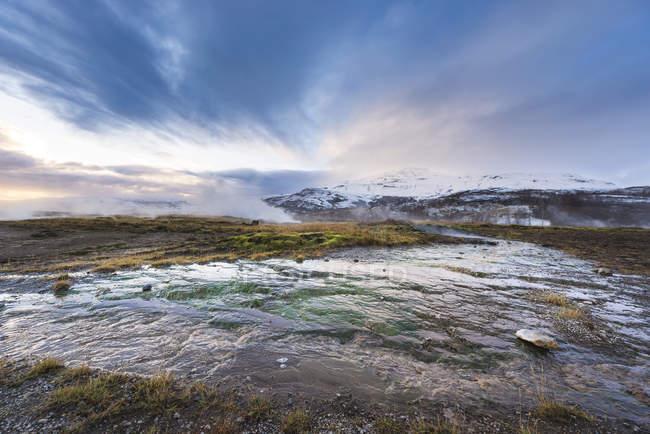 Fuente geiser islandés, zona geotérmica en Islandia en la parte suroeste del país - foto de stock