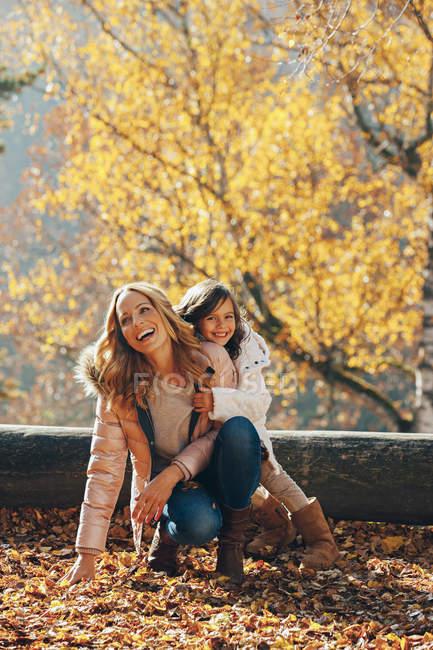 Glückliche Mutter und ihre kleine Tochter im Herbst — Stockfoto