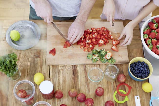 Пара різання полуниці — стокове фото