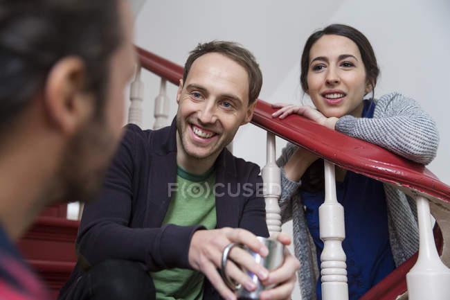 У коллег перерыв, они сидят на лестнице. — стоковое фото