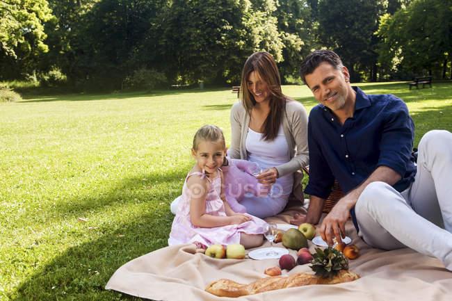 Glückliche Familie bei einem Picknick im Park — Stockfoto