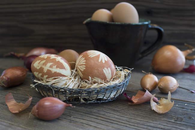 Closeup vista de ovos de Páscoa no ninho e cebolas — Fotografia de Stock