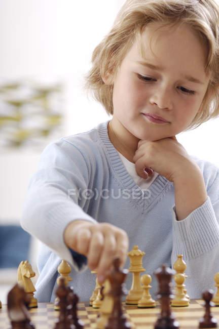 Портрет маленький хлопчик гри в шахи — стокове фото