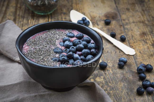 Чорниця пюре з Чіа насіння в миску і свіжа чорниця — стокове фото