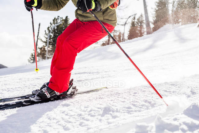 Austria, Turracher Hoehe, man skiing downhill — стоковое фото