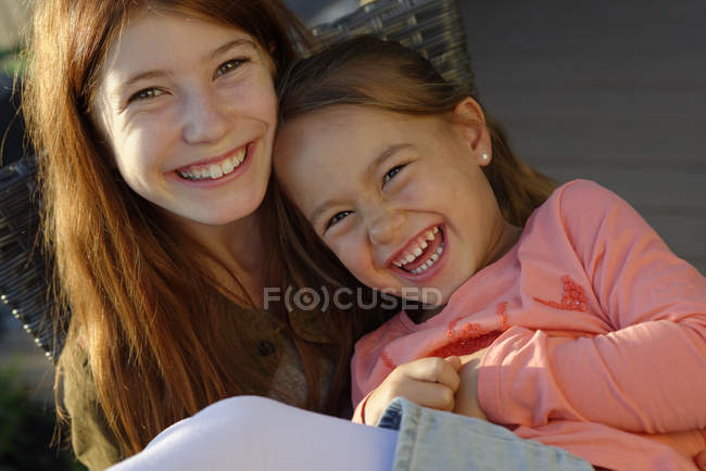 Portrait of two laughing girls — Stock Photo
