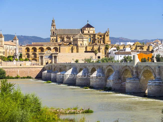 Spagna, Andalusia, Cordoba, Puente Romano su Rio Guadalquivir con Mezquita-Catedral sullo sfondo — Foto stock