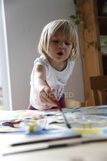 Дівчина зафарбовування акварелі — стокове фото
