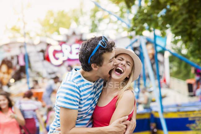 Felice coppia divertirsi all'aperto — Foto stock