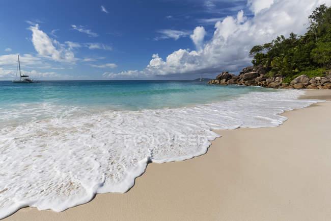 Піщані пляжі покриті пінний хвилі на Прален, Сейшельські острови — стокове фото