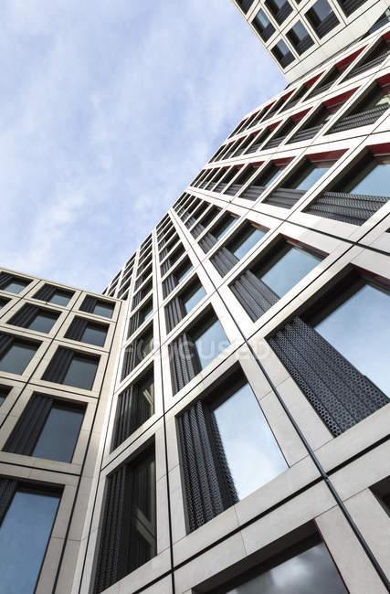 Germania, Stoccarda, parte della facciata di un edificio per uffici contro il cielo — Foto stock