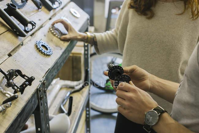 Mann zeigt Fahrradkomponenten Frau in einem Geschäft — Stockfoto