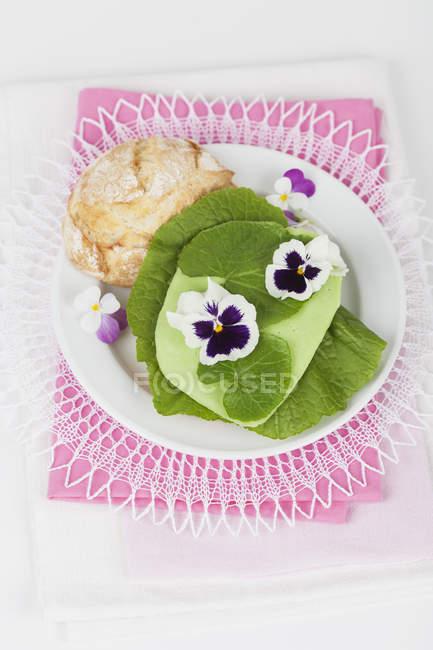 Пластина з пшениці рулон, листя васабі, васабі Гауда та харчові квіти — стокове фото
