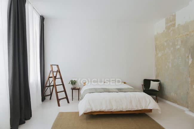 Минималистский скандинавский дизайн спальни — стоковое фото