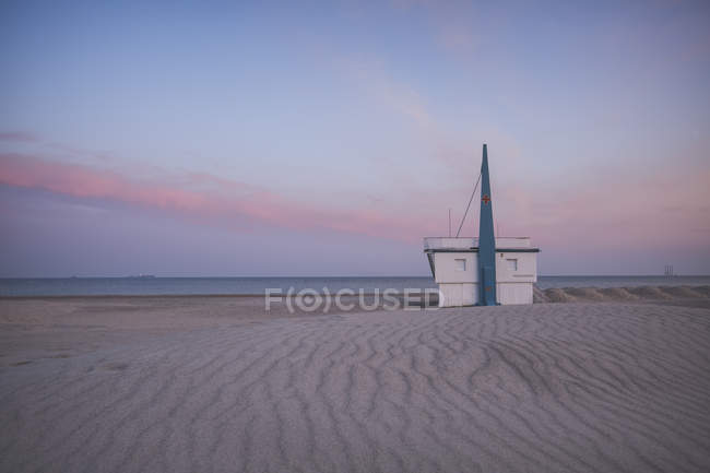 Germany, Warnemuende, lifeguard station, beach in the evening — Stock Photo