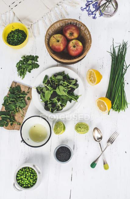 Vista dall'alto di diversi ingredienti per insalata sulla superficie bianca — Foto stock