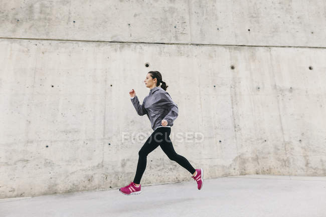 Спортивная бегунья — стоковое фото
