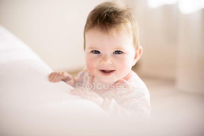 Портрет посміхаючись дівчинку, дивлячись на камеру — стокове фото