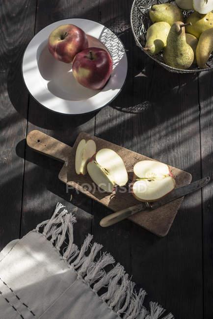 Tranches de pomme sur planche de bois — Photo de stock