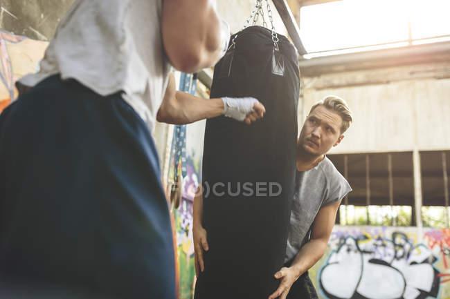 Zwei Boxer trainieren am Boxsack — Stockfoto