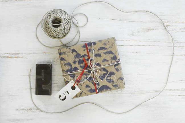 Bedruckte Verpackung Papier mit Stempel, Kordel und Paket — Stockfoto