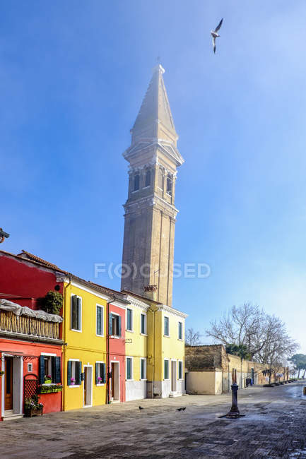 View to tilted tower and colourful row of houses at sunlight, Burano, Veneto, Italy — Stock Photo