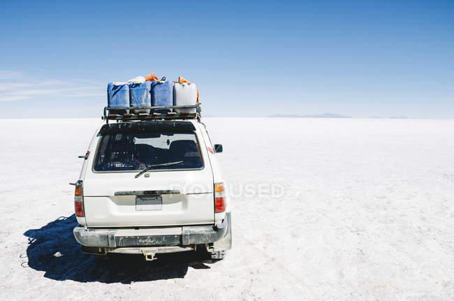 Bolivia, Atacama, Altiplano, car crossing Salar de Uyuni — Stock Photo