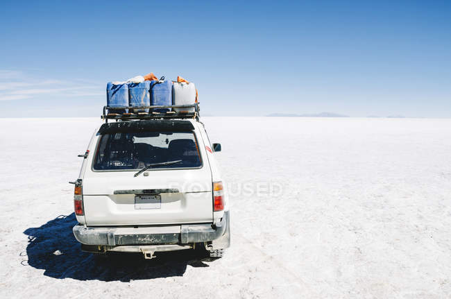 Bolivia, Atacama, Altiplano, car crossing Salar de Uyuni — Stockfoto