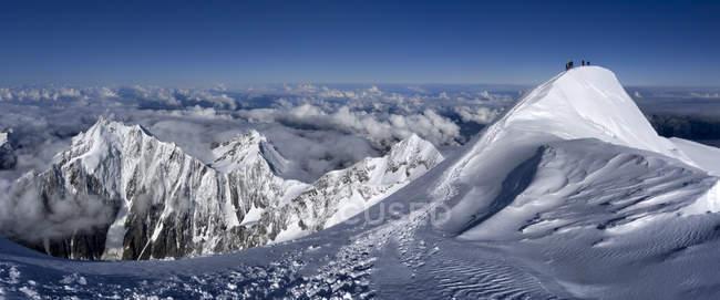 Франция, Шамони, альпинисты на Монблане — стоковое фото