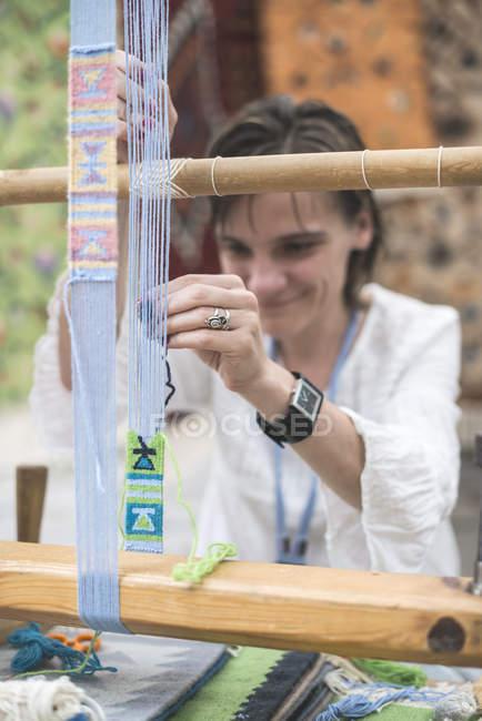 Куповані подання жінка ткацький килим з ткацького верстата — стокове фото