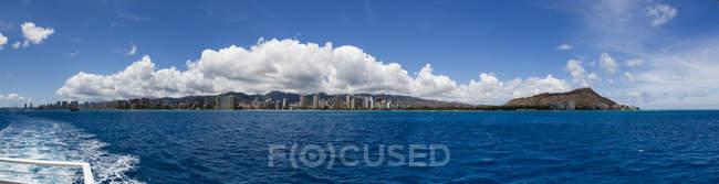 Isla Oahu desde el agua durante el día - foto de stock
