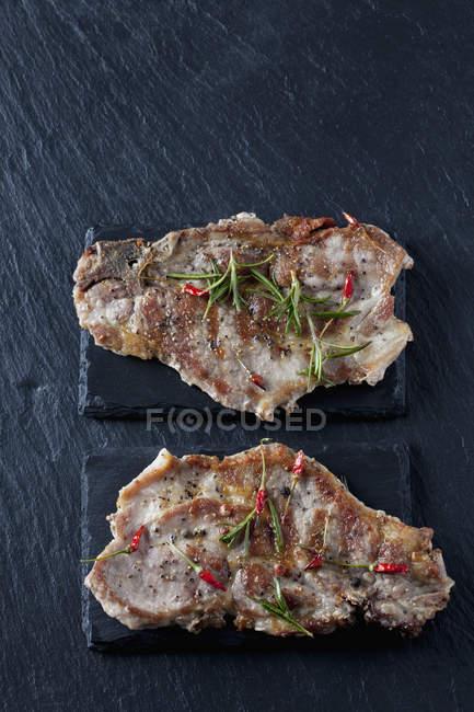 Kragen Schweineschnitzel mit Rosmarin und Chilischoten — Stockfoto