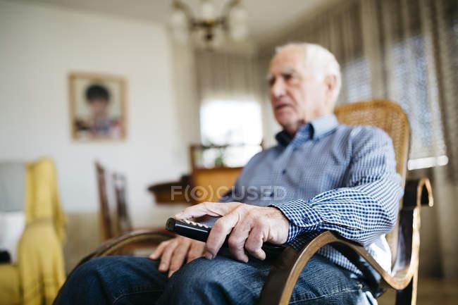Commande à distance holding homme Senior — Photo de stock