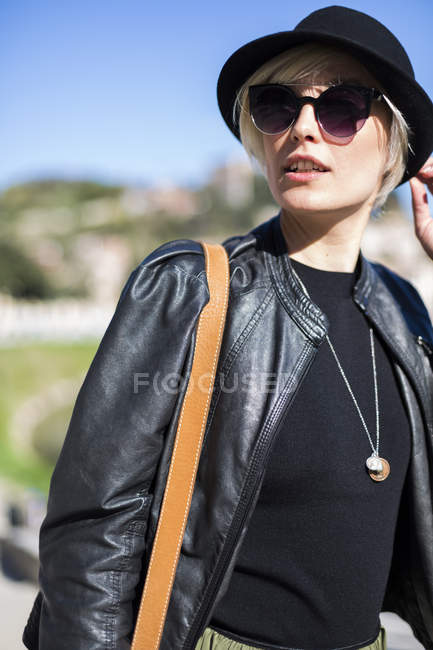 Woman wearing sunglasses and leather jacket — Stock Photo