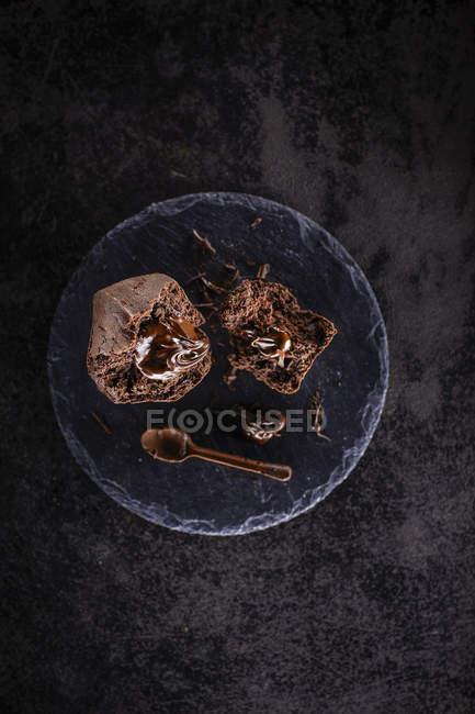 Schoko-Muffin mit flüssigen Kern und Schokolade Löffel — Stockfoto