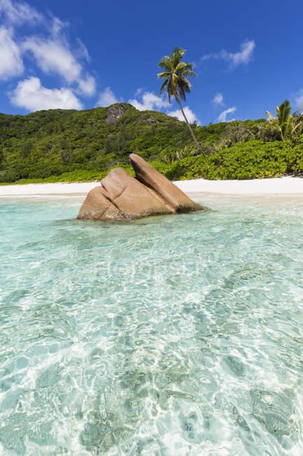 Гранитная скала на пляже в Сейшельские острова, Ла Диг, Индийский океан, кокосовые Anse — стоковое фото