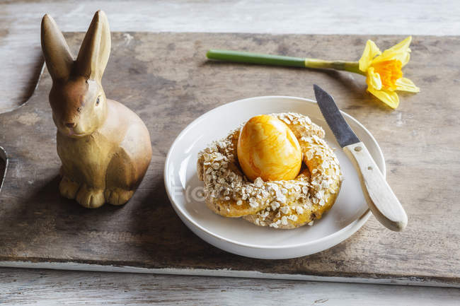 Easter breakfast with egg, bunny figurine and daffodil — Stock Photo