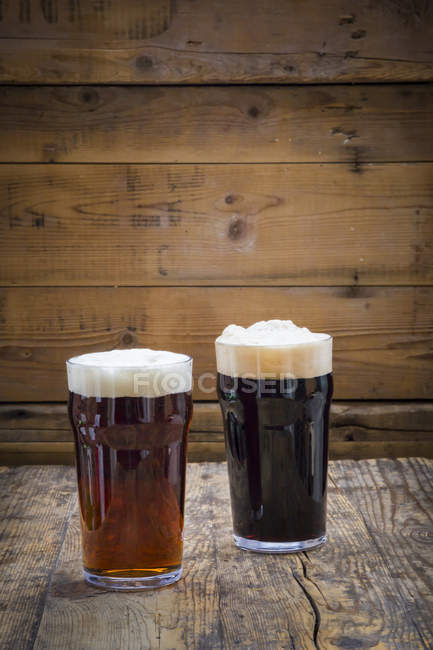 Stout and Red Ale in pint glasses — Stock Photo