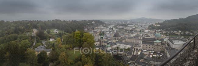 Австрія, Зальцбург, панорамний вид на центр міста Зальцбурга в туман — стокове фото