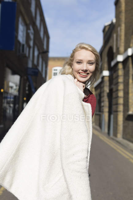 Porträt einer attraktiven jungen Frau auf urbaner Straße — Stockfoto